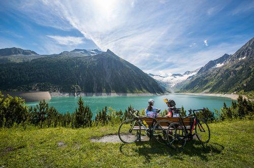 Relaxing by the reservoir ©Michael Werlberger (TVB Mayrhofen-Hippach)